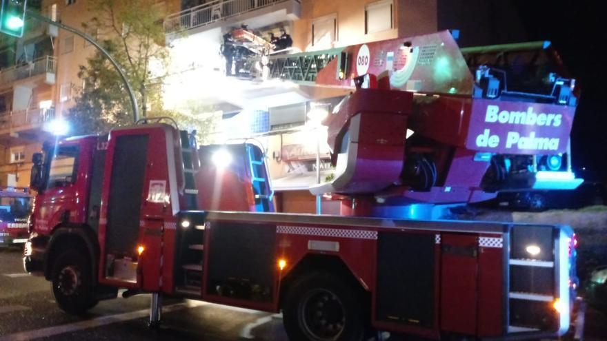 Los bomberos rescatan por un balcón a una hombre que se desmayó en su casa Palma
