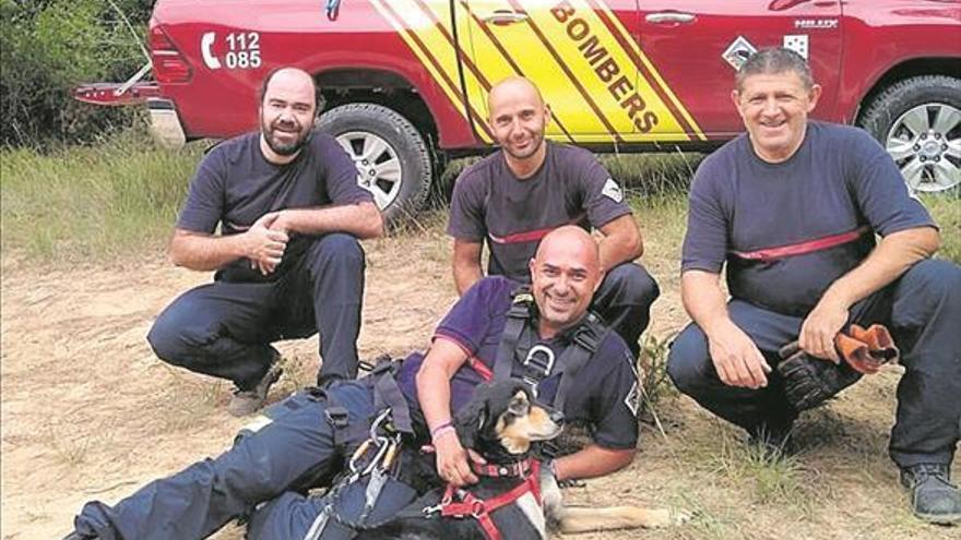 Rescatan a un perro que llevaba un día atrapado en un barranco de Culla