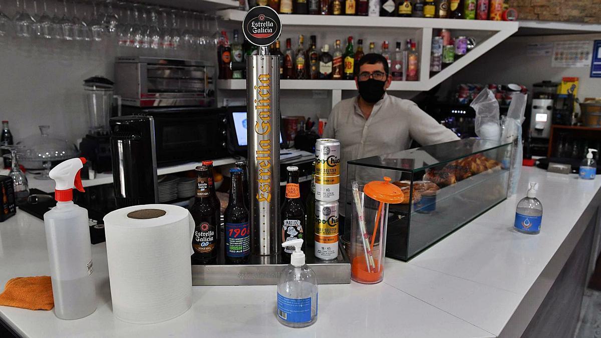 Productos de limpieza e hidrogel en la barra de un local de hostelería de A Coruña.