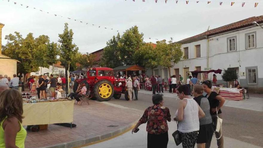 El mercado artesanal y de maquinaria antigua calienta motores para las fiestas de El Pego