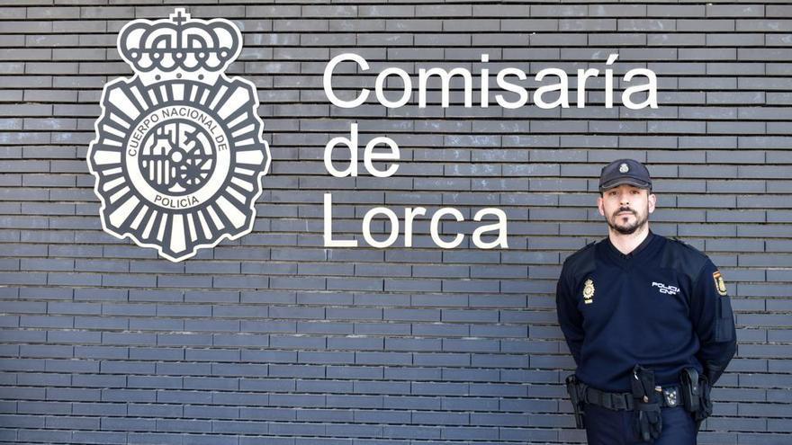 """Un policía salva a un hombre herido en Lorca: """"Le hice un torniquete con la sábana y un desodorante"""""""