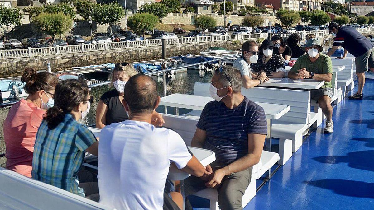 Los primeros visitantes de la temporada, ayer, antes de la salida del catamarán.