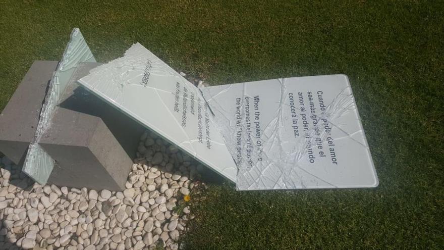 Destrozan un monolito en el Parque de la Paz de Maspalomas
