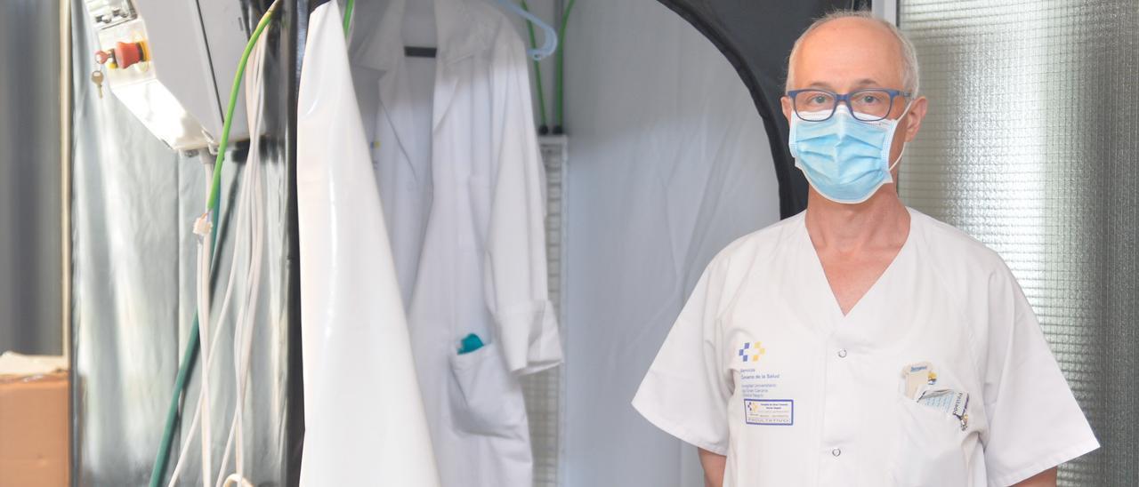 Bernardino Clavo, en la Unidad de Investigación del Hospital Doctor Negrín.