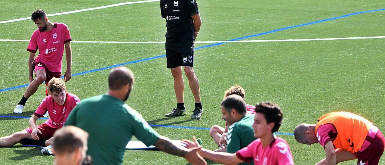Ángel Rodríguez observa a su plantilla tras un entrenamiento en Xeve. |  // GUSTAVO SANTOS
