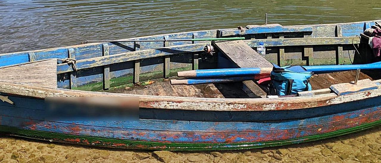 La embarcación incautada cuando navegaba por la ría de Tina Mayor en dirección al puerto de Bustio. | Guardia Civil