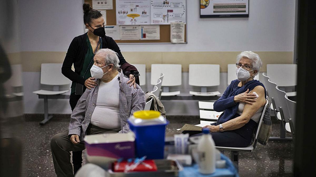 José Casañ y Pilar Fernández, recién vacunados, reposan junto a su hija, ayer. | GERMÁN CABALLERO