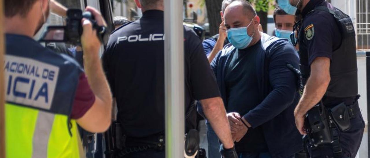 La Policía custodia a uno de los presuntos carteristas, detenido el pasado mes de agosto.
