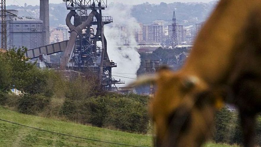 Bruselas sube la presión sobre la industria asturiana al encarecer la emisión del CO2