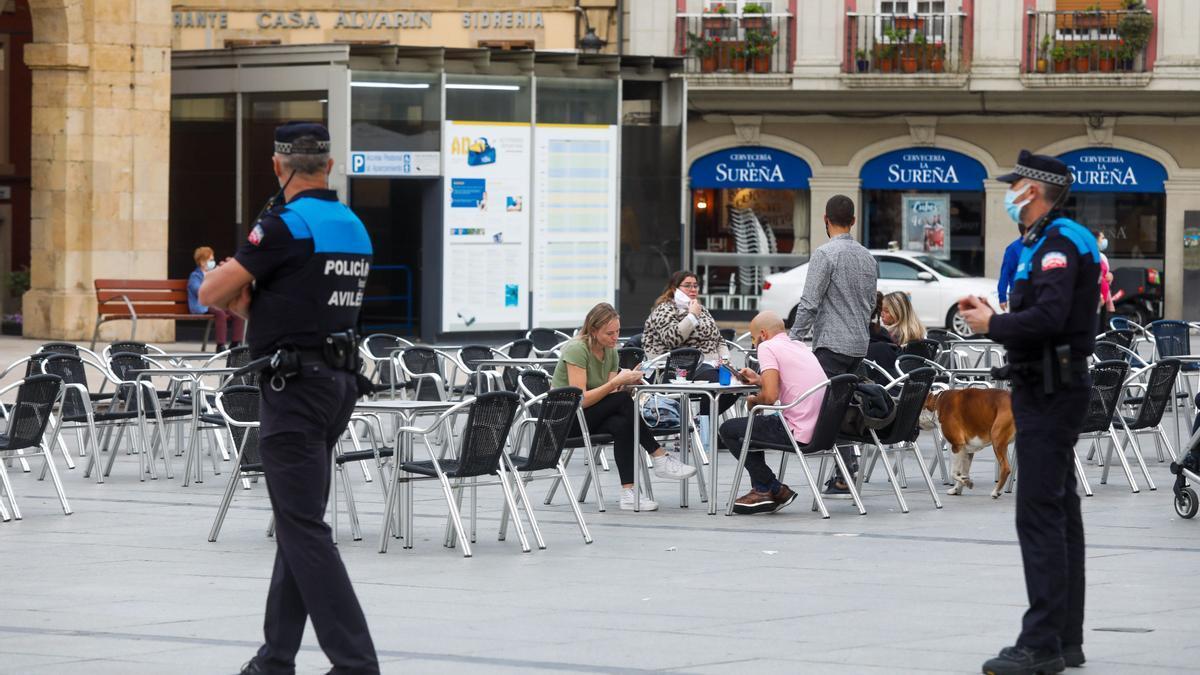 Agentes de la Policía Local en la Plaza de España de Avilés.