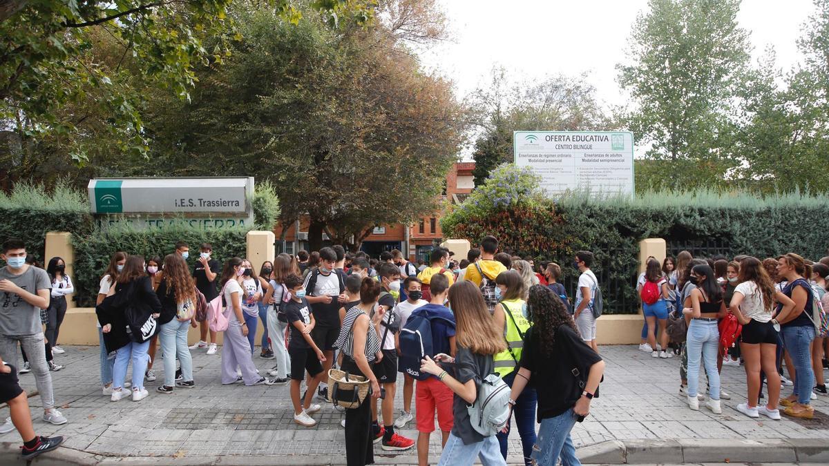 Alumnos de la ESO en la entrada al IES Trassierra en Córdoba, donde este miércoles 15 de septiembre han comenzado las clases.