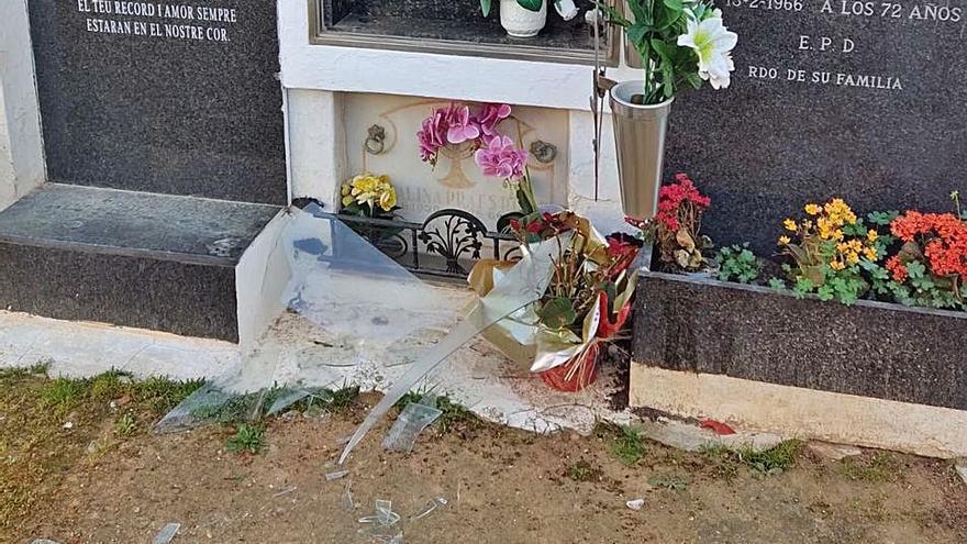Rompen los cristales de ocho nichos del cementerio de Sant Antoni