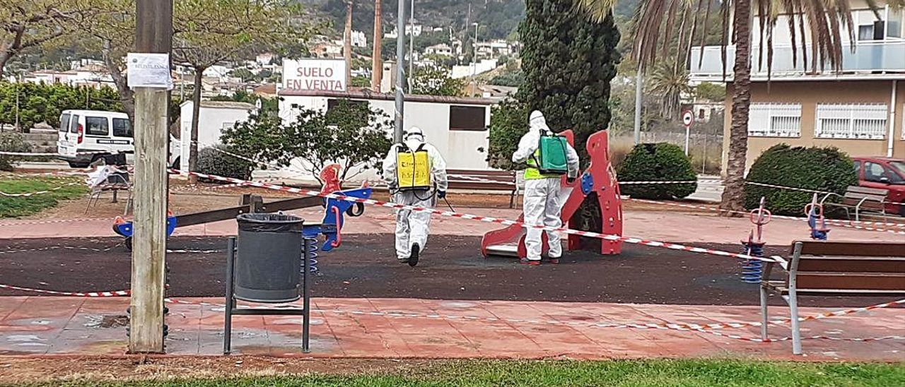 Operarios desinfectan un parque de Oliva en marzo.