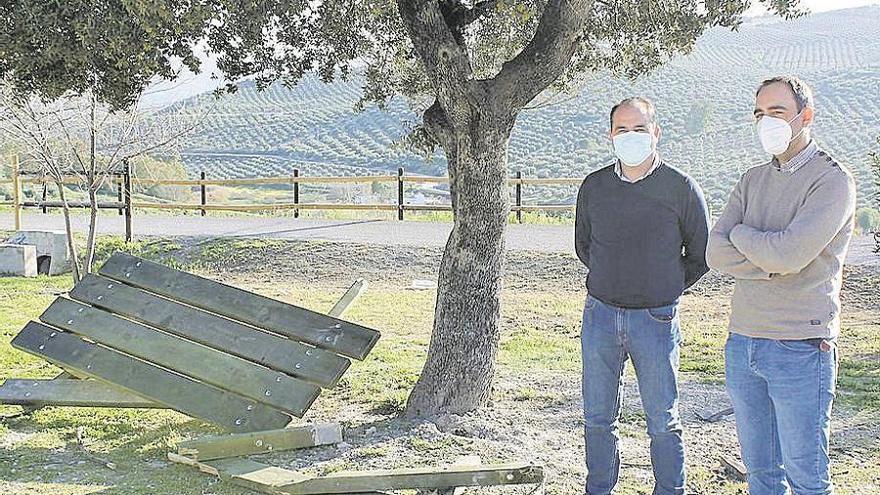 Denuncian el destrozo de mobiliario en la vía verde de Baena