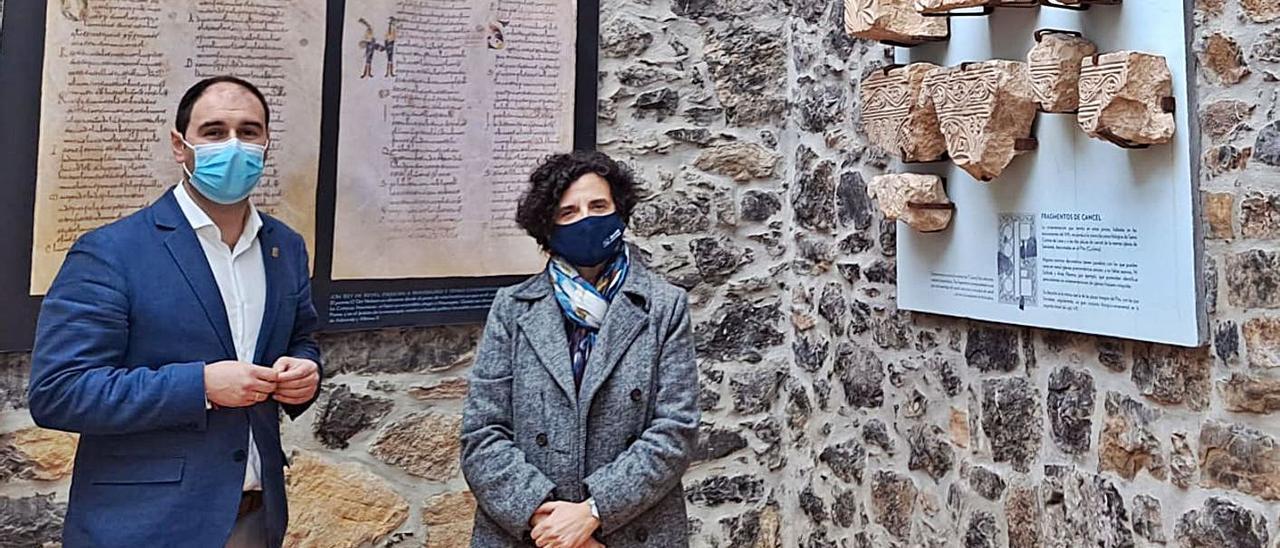 El alcalde de Pravia, con la consejera de Cultura, ayer, en el Museo del Prerrománico de Santianes.