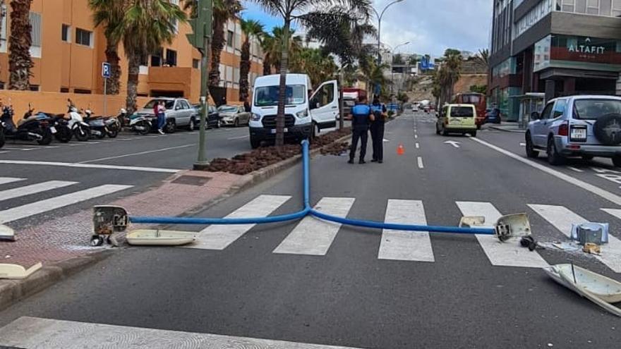 Un furgón colisiona contra una farola frente a Las Arenas