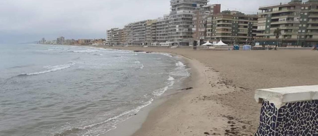 La playa de El Perelló, ya limpia aunque sin bañistas, en la mañana de ayer.