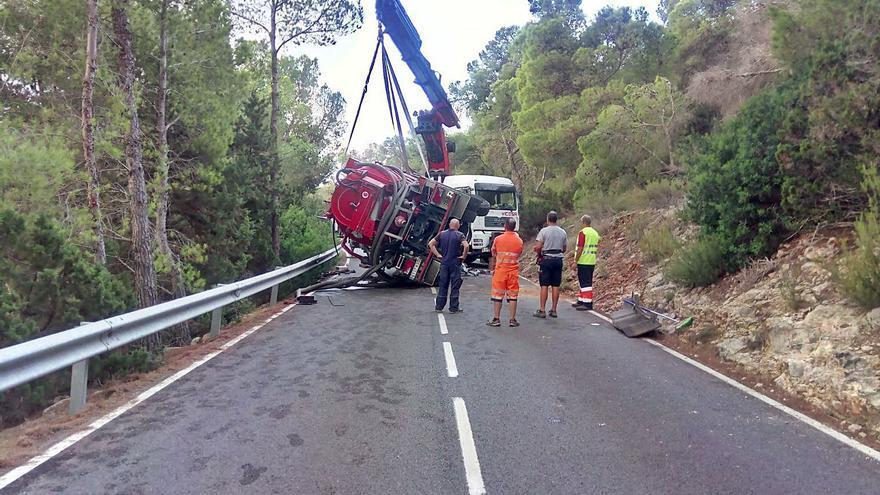 Un camión volcado corta la vía de Sant Vicent en Ibiza