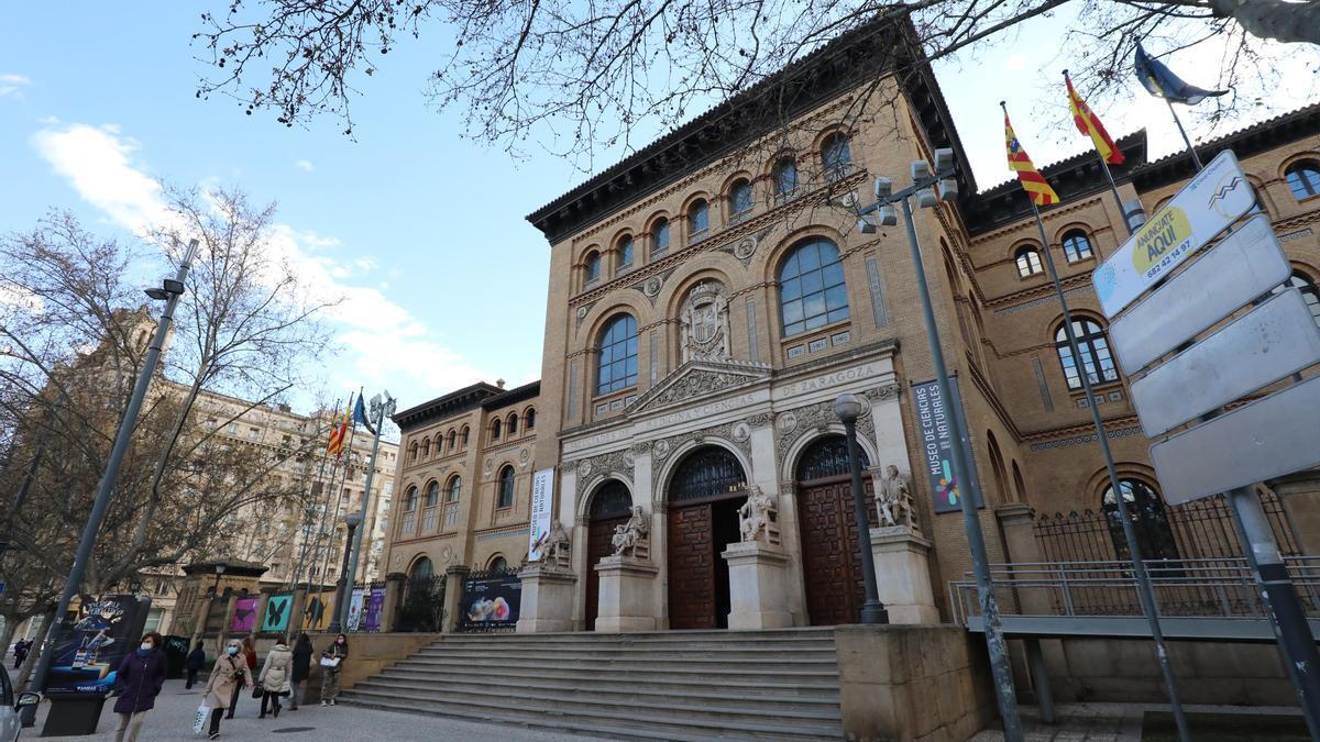 Acceso principal al edificio Paraninfo de la Universidad de Zaragoza.