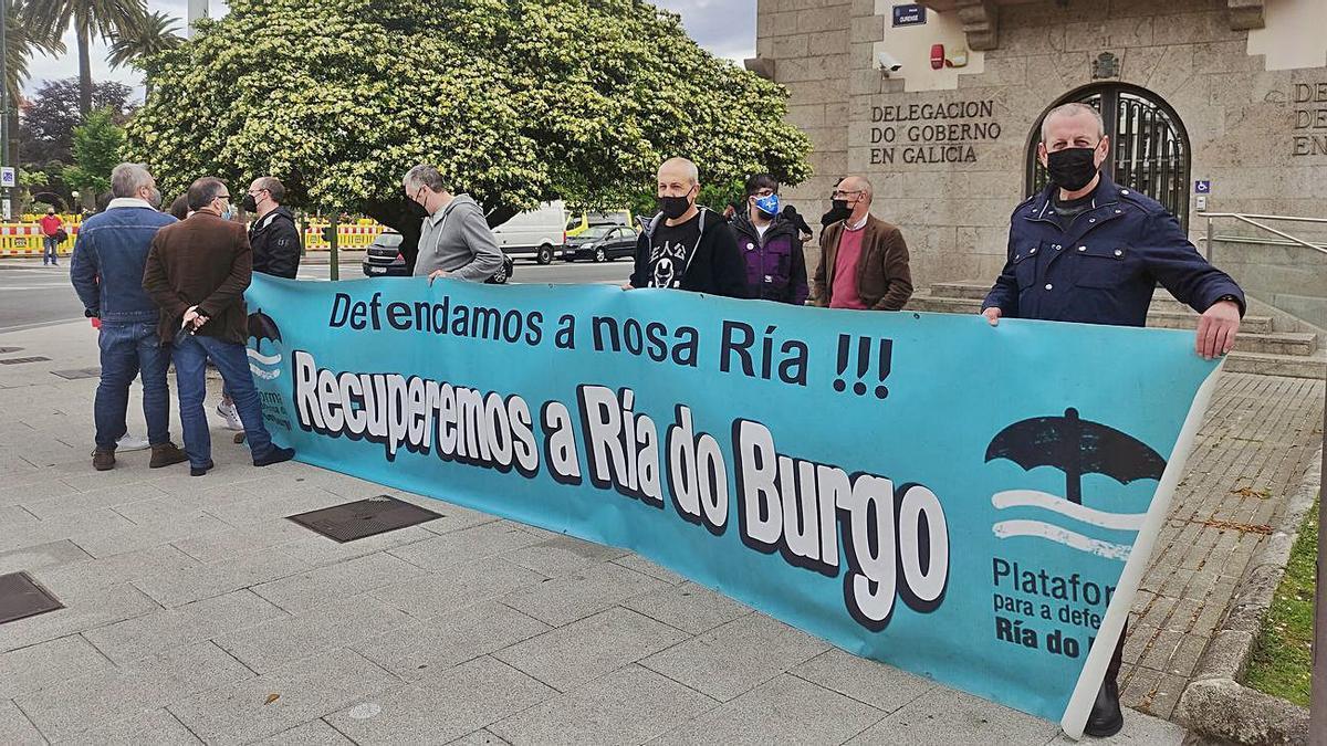 Mariscadores de la ría de O Burgo, ayer, ante la Delegación del Gobierno.   | // LA OPINIÓN