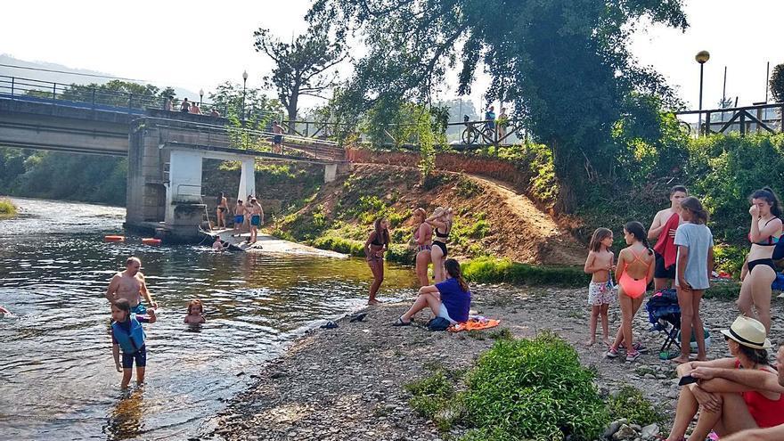 San Tirso de Abres impulsa su zona tradicional de baños en el río Eo
