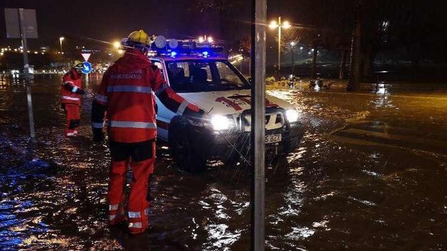 Calles inundadas, árboles caídos y viales cortados