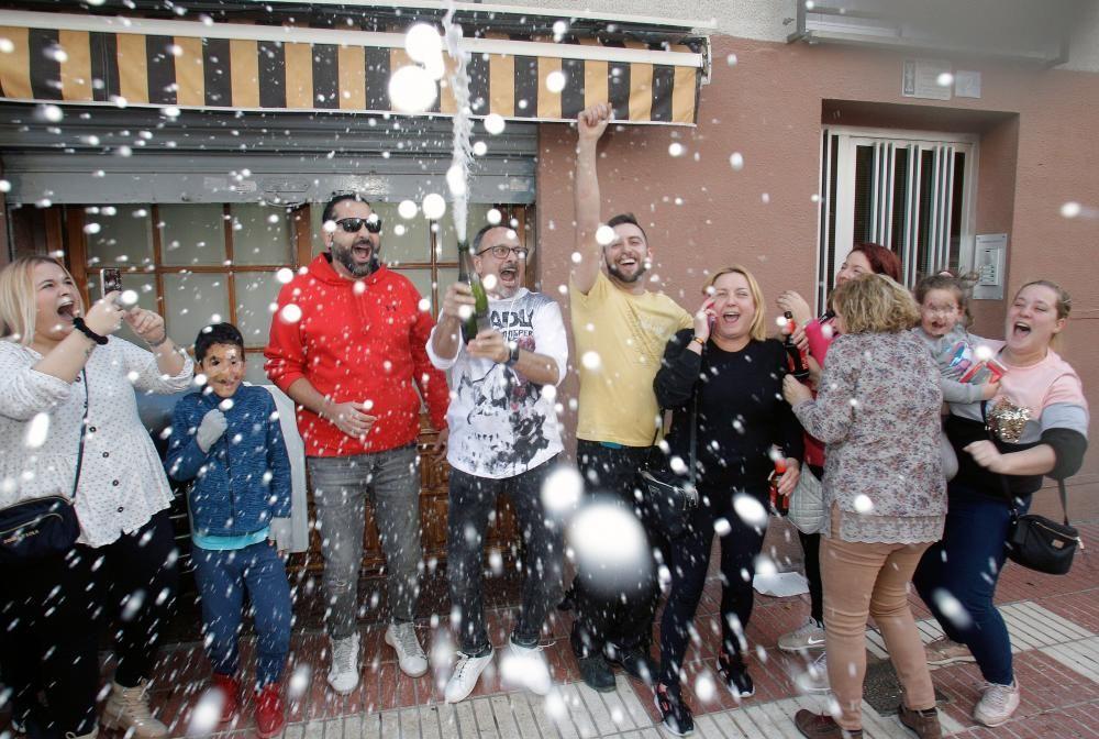 arios clientes del restaurante Pepe, de San Vicente del Raspeig (Alicante) celebran con cava el 26590, el Gordo.