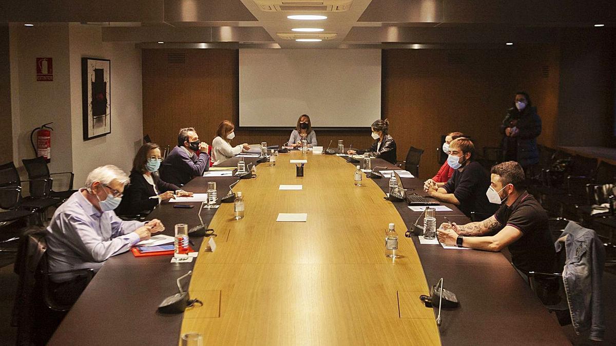 Los representantes de PSOE, Podemos e IU, en la reunión de ayer para negociar el Presupuesto.   Pedro Delgado