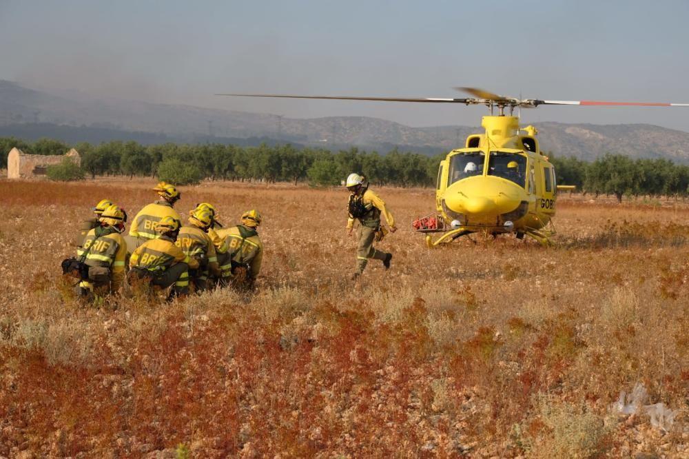 Efectivos en helicóptero llegan a la zona del incendio