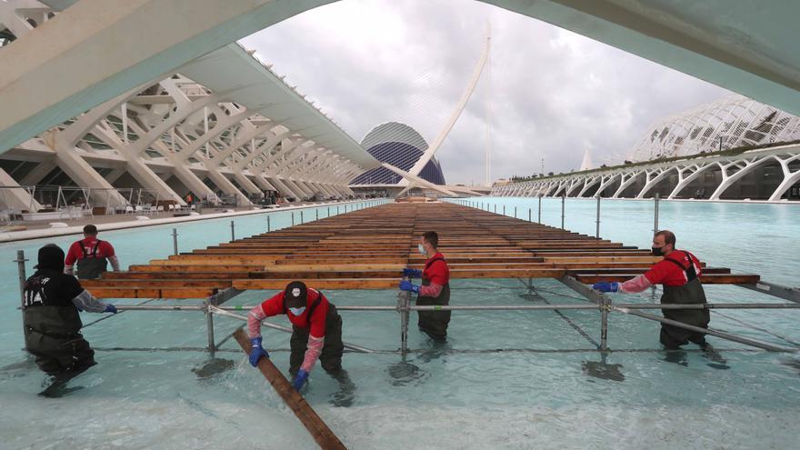 Montaje de la pasarela de llegada a meta del Maratón València