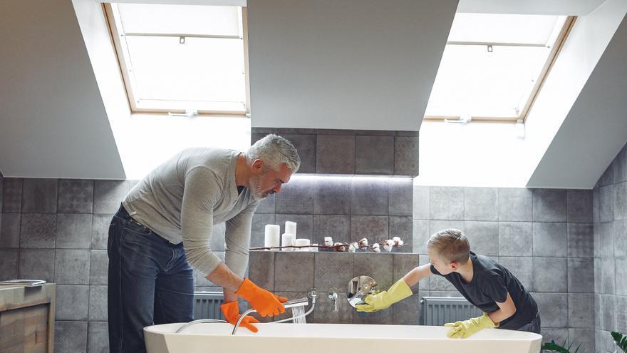El sencillo truco casero para limpiar la bañera sin esfuerzo y decir adiós a la cal