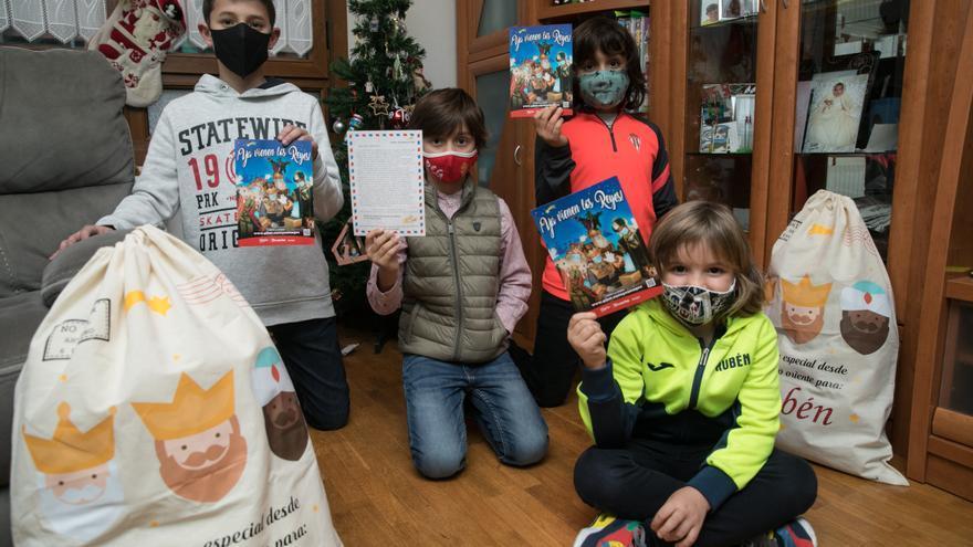 Los niños de Nuevo Gijón y Pumarín, los primeros en recibir las cartas enviadas por los Reyes Magos