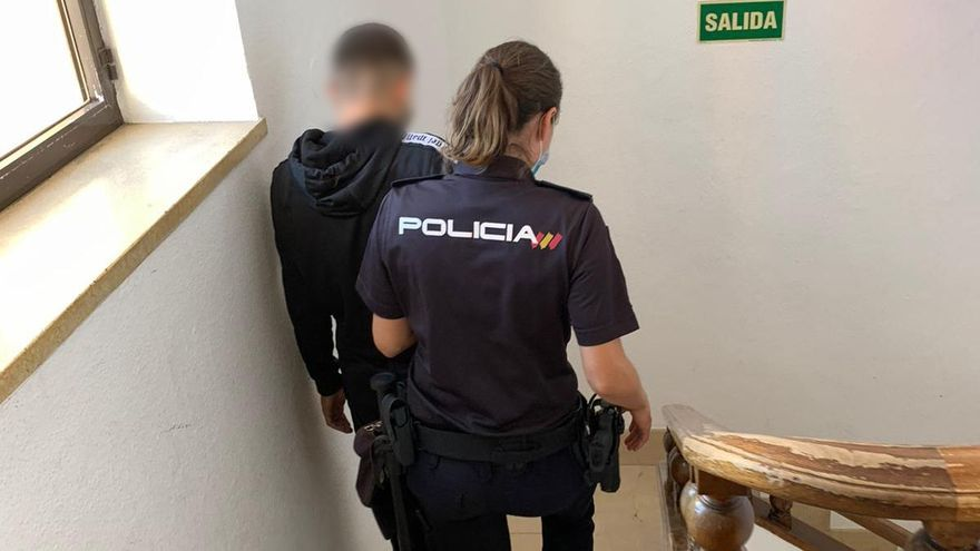 Detienen a un joven en Dénia por causar daños en un domicilio como represalia por avisar de un botellón