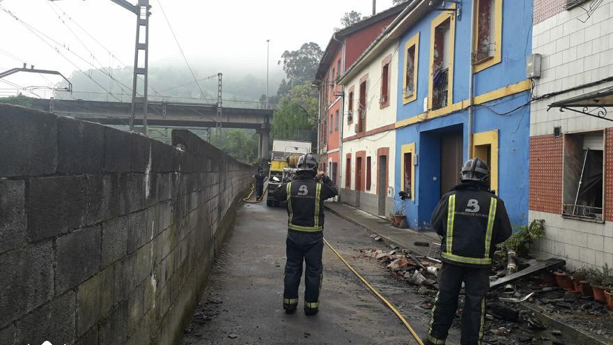 Un incendio calcina por completo una vivienda en Mieres