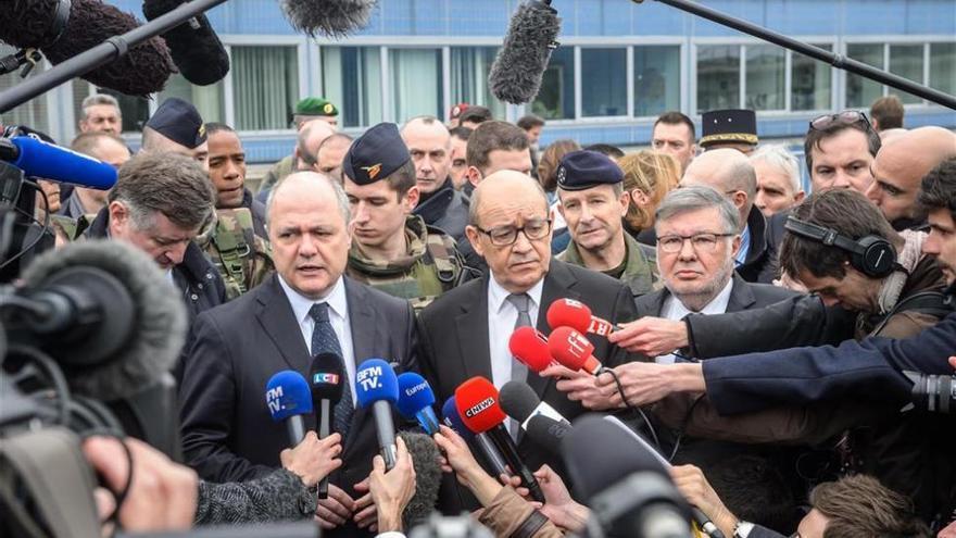 """Hollande agradece la """"valentía"""" de policías y militares en los tiroteos"""