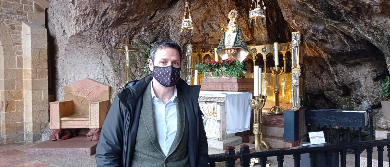 Alejandro Pérez, en la Santa Cueva, ayer,  con la imagen y su manto clásico al fondo