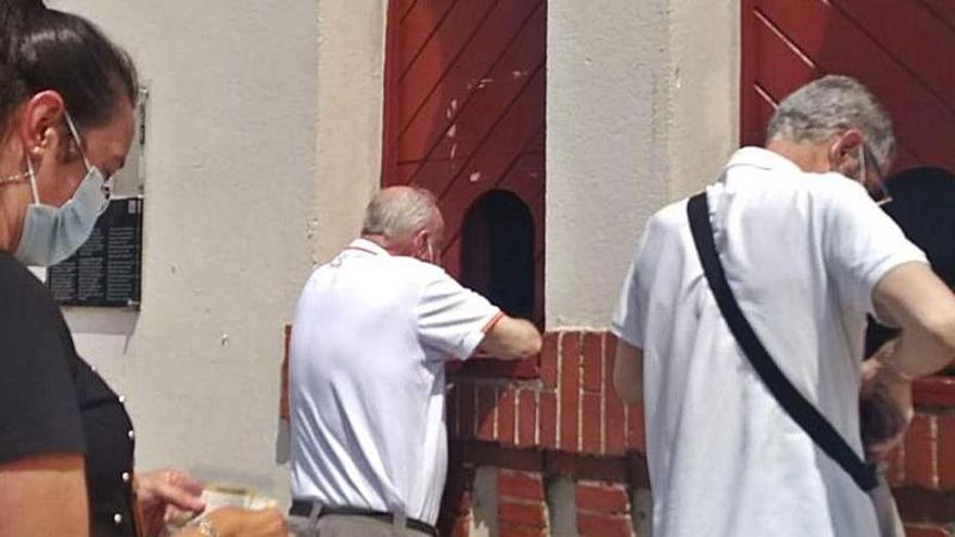"""Largas colas en El Bibio para la retirada de los abonos de la feria taurina: """"Hay ganas"""""""