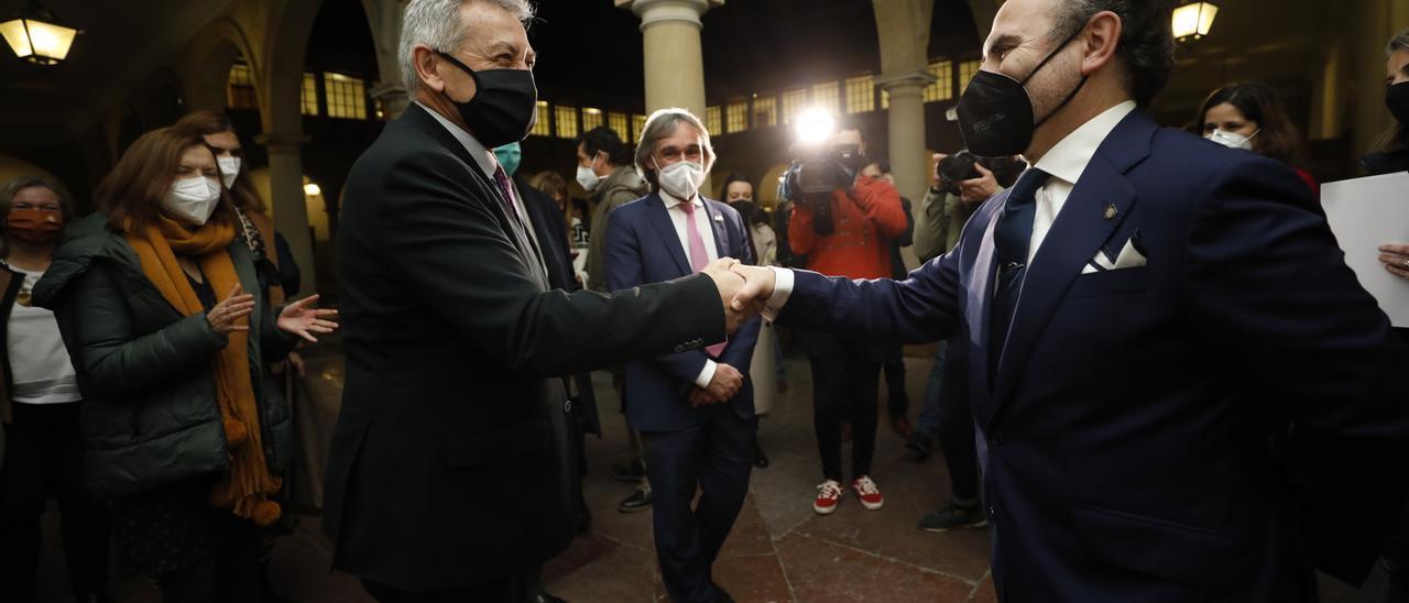 García Granda y Villaverde se dan la mano el pasado viernes tras la victoria del constitucionalista