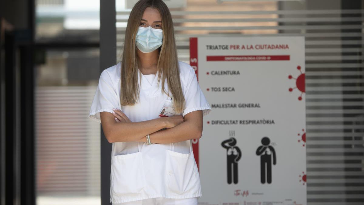Consuelo Llobell, ejerciendo de médico en El Perelló.