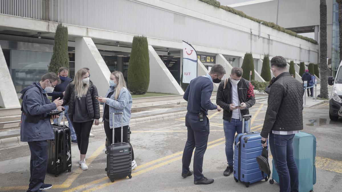 Turistas alemanes recién llegados al aeropuerto de Palma