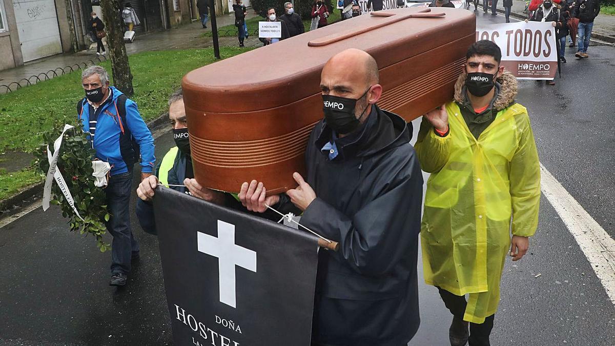 Protesta de los hosteleros, ayer, en Santiago. |   // XOAN ÁLVAREZ