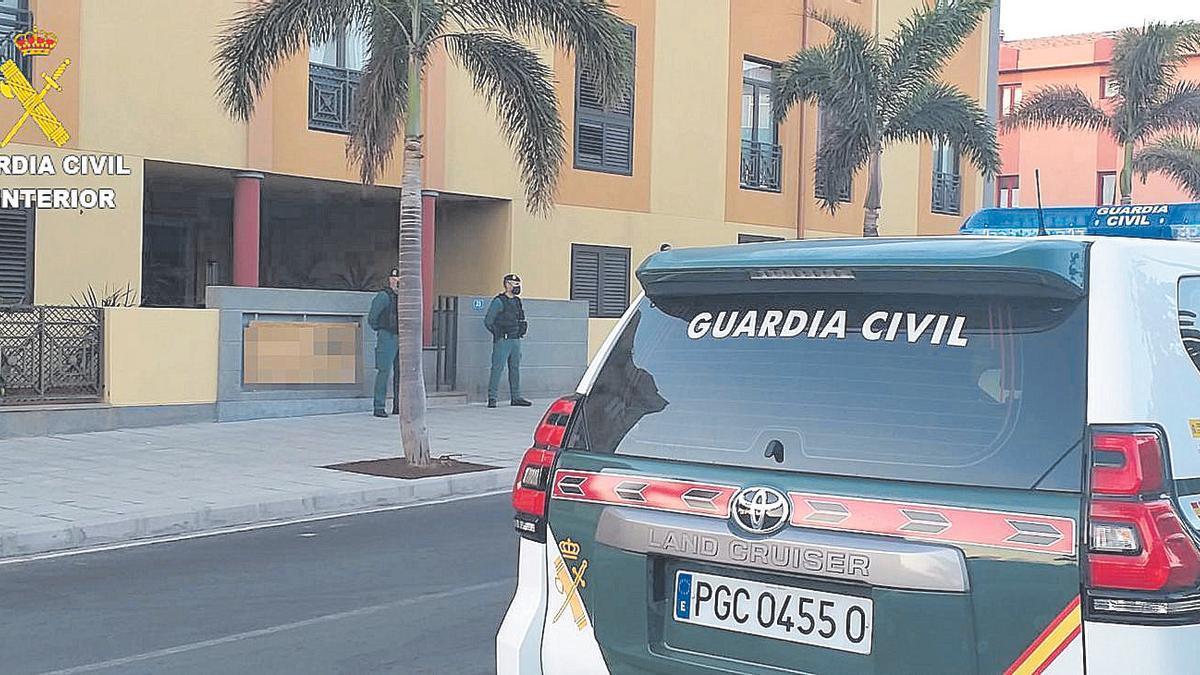 Agentes de Usecic de la Comandancia de Las Palmas durante uno de los registros.