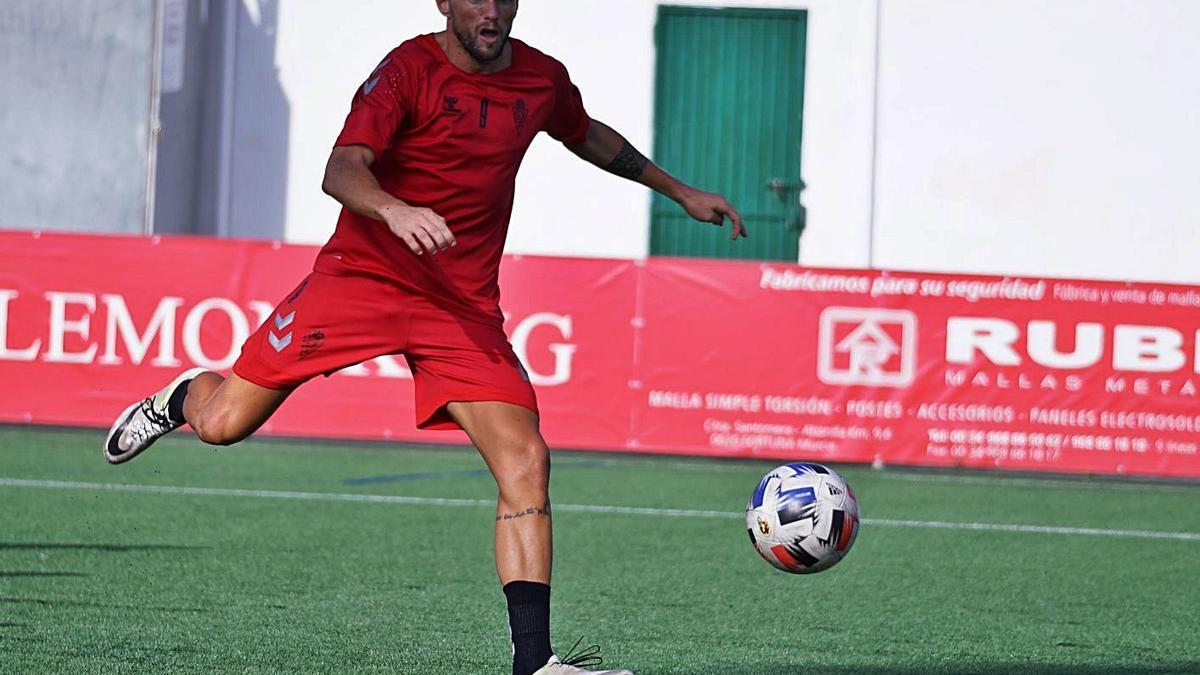 Andrés Carrasco golpea el balón en un entrenamiento de pretemporada. | PRENSA REAL MURCIA