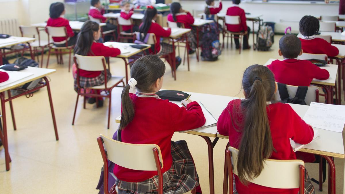 Alumnos en un colegio, durante la clase.