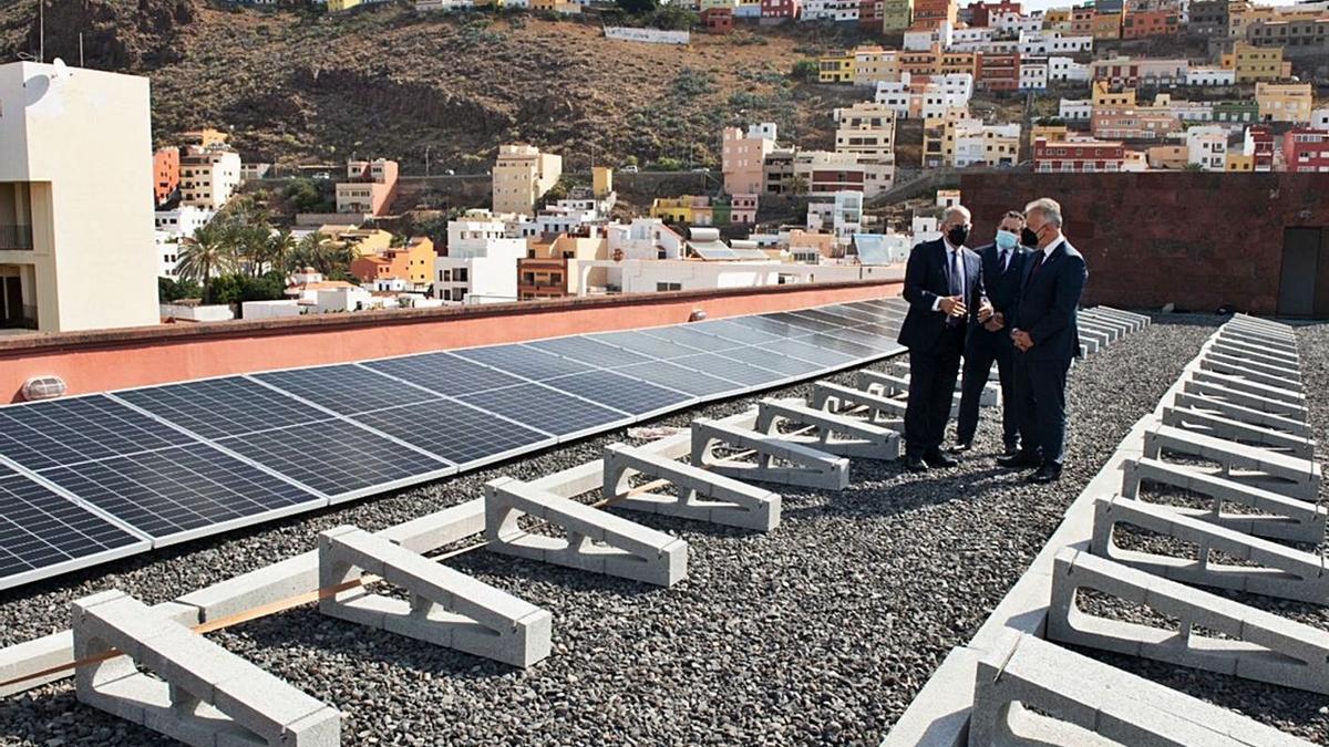 Ángel Víctor Torres, Casimiro Curbelo y Miguel Melo visitan las obras de instalación de energía fotovoltaica. | | E.D.