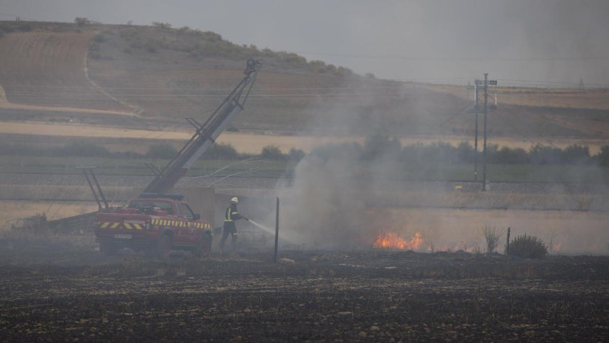 Bomberos apagando un incendio