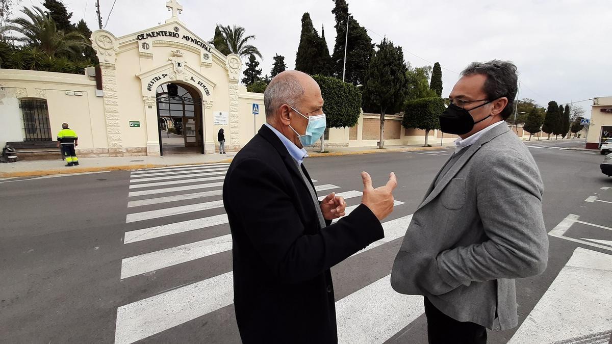 El portavoz municipal de los socialistas, Paco Sanguino (derecha), en la puerta del cementerio.