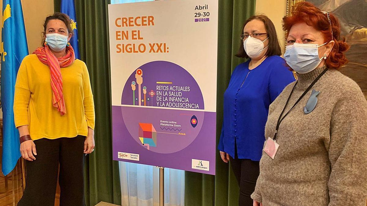 Por la izquierda, Montserrat Gómez, Natalia González y Aída Araujo, con el cartel de la Jornada Municipal sobre Adicciones, en el salón de recepciones del Ayuntamiento.