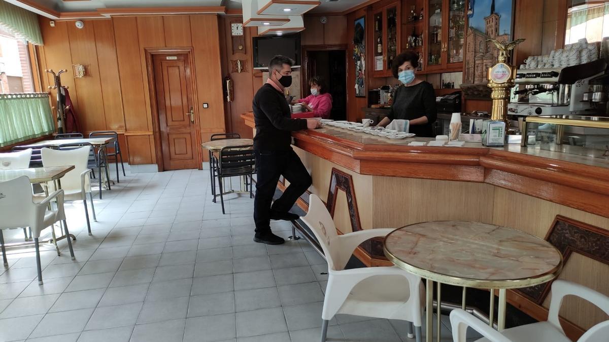 """Cafetería """"2001"""" de Benavente, con el interior cerrado a los clientes. / E. P."""