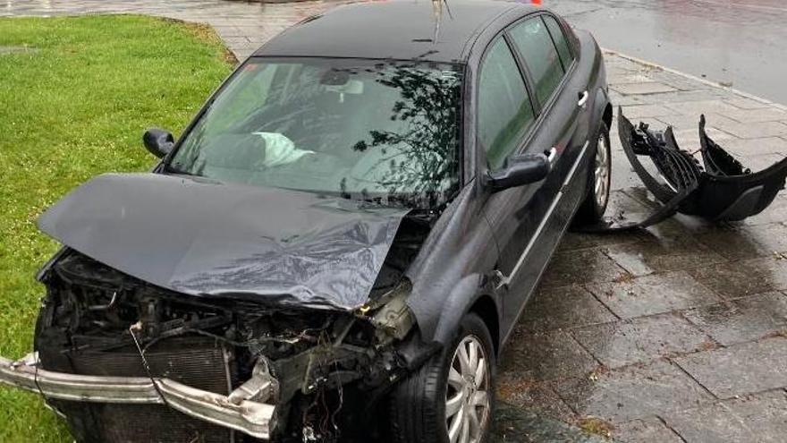 Un choque entre turismos en la Avenida Xosé Cuiña causa un herido leve
